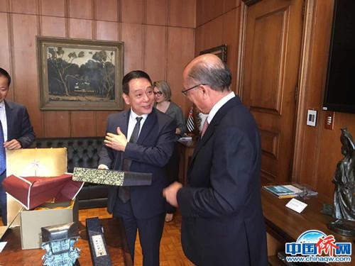 作者郑小云(左)与外宾。