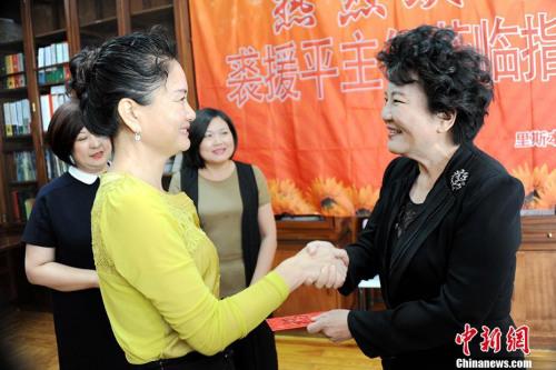 """裘援平慰问从中国国内选派至该校执教的教师并向其""""派红包""""。 中新社记者 彭大伟 摄"""
