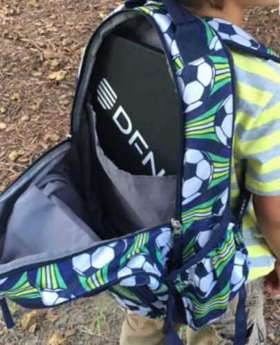 华人家长把防弹甲作为开学礼物送给孩子。这种可放在背包内。(美国《世界日报》/张宏 摄)