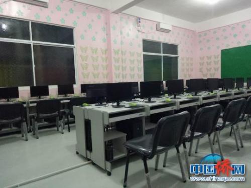 图为缅甸腊戌新世纪中文学校的学生电脑室。 罗丹媚 摄