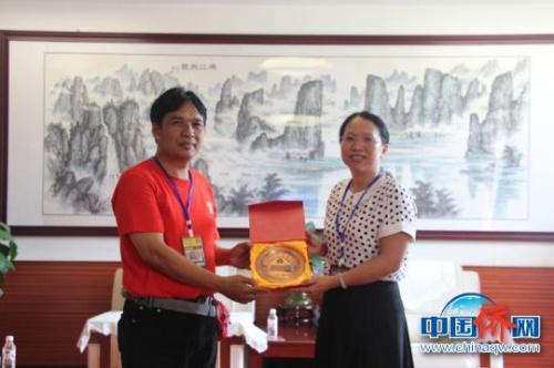 图为印尼茂物同一学校校长苏安宏与雷丽芳互换纪念品 林浩 摄