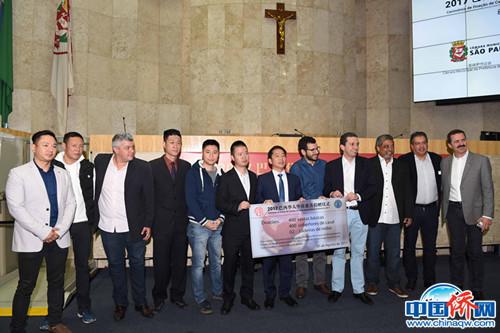 作者(右六)出席侨界慈善捐赠活动。(作者供图)