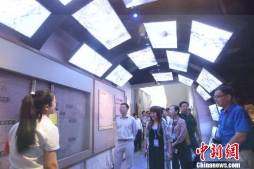 海外华文媒体高层参观东江移民博物馆。 李科 摄