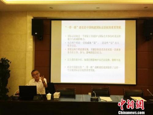 图为兰州大学新闻与传播学院教授李惠民授课。 史静静 摄