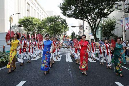列队行进在日本中部都市名古屋繁华地段大津通