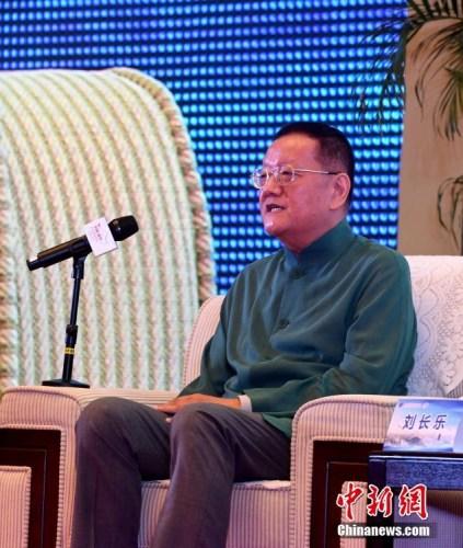 """9月10日,凤凰卫视控股有限公司董事局主席兼行政总裁刘长乐在高端论坛上发言。当日,在福州举行的第九届世界华文传媒论坛举行""""如何面对'融媒体'""""高端论坛。<a target='_blank' href='http://www.chinanews.com/'>中新社</a>记者 张斌 摄"""