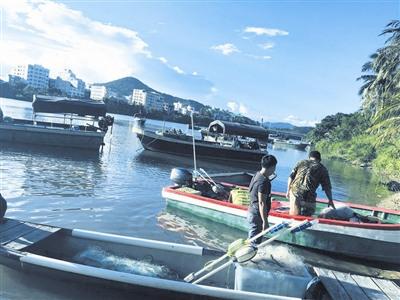 在藤桥河里捕捞生活的东溪村渔民