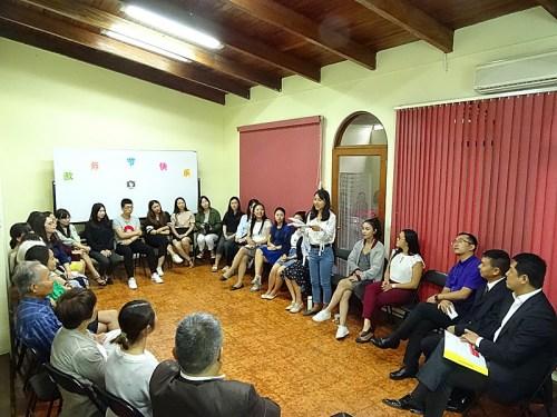 座谈会上汉语教师志愿者发言。