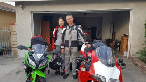 范子毅(右)和女友Disi(左)骑机车去阿拉斯加。(美国《世界日报》)