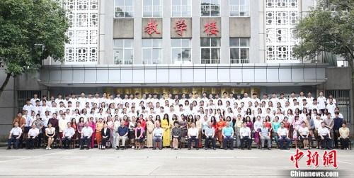 9月11日,中国国务院侨务办公室主任裘援平赴国务院侨办华文教育基地——广西华侨学校调研,与东盟华裔留学生交流。 中新社记者 林浩 摄