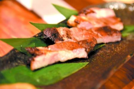 烤猪颈肉。