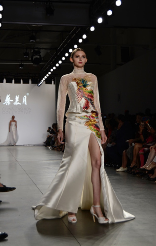 中国风婚纱惊艳纽约时装周。(美国《世界日报》/俞姝含 摄)