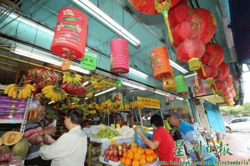 图为距离中秋节还有约半个月,满满企业在店外高挂大型纸灯笼。(马来西亚《星洲日报》)