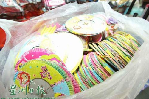 图为去年从中国进口的纸灯笼还有大量存货,商家只好以旧价格售卖。(马来西亚《星洲日报》)