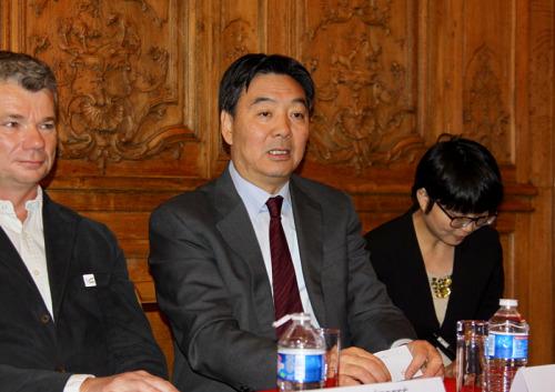图为中国驻法大使翟隽应邀参加此次新闻发布会。(《欧洲时报》法国版/记者张新 摄)