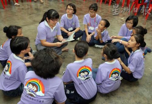 符芳玲带领学生读书(马来西亚《星洲日报》)
