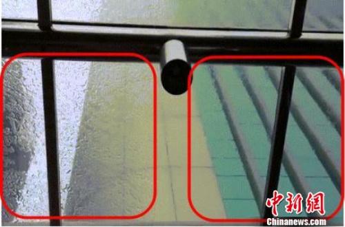 未经徐涛研发光触媒材料处理过的玻璃(左)会挂水珠,经徐涛研发光触媒材料处理过的玻璃(右)不会挂水珠。受访者供图
