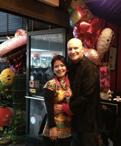 胡燕秋和老公穿上节日的盛装一起合影。(美国《侨报》)