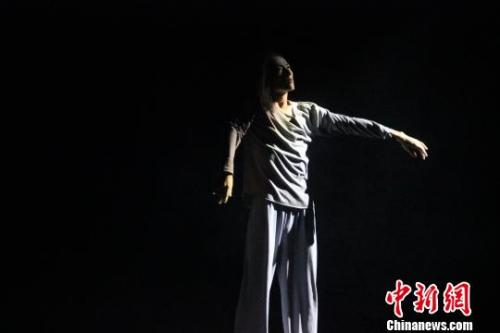 舞蹈诗《天地人·乡愁》展现人与异乡文化相互融合的过程。 阿琳娜 摄