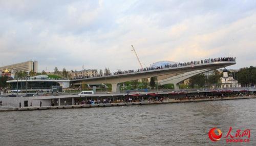 """长达70米、一次可容纳3000余人的""""浮桥""""成为莫斯科河上一道独有的风景线(人民网记者 屈海齐 摄)"""