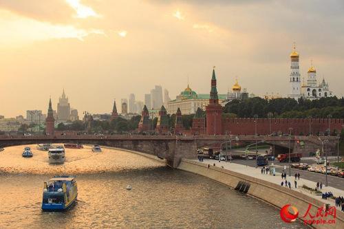 """站在""""浮桥""""上拍摄的莫斯科河(人民网记者 屈海齐 摄)站在""""浮桥""""上拍摄的莫斯科河(人民网记者 屈海齐 摄)"""