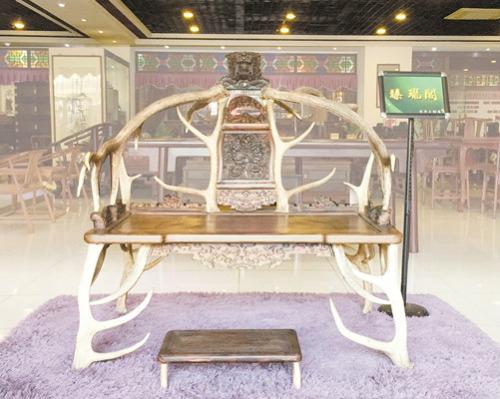古典家具红酸枝鹿角椅。