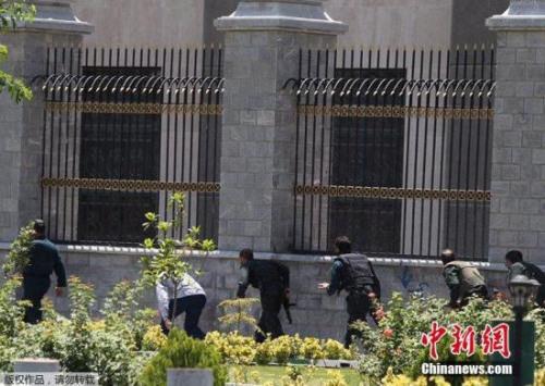 伊朗安全部门人员持枪行动。
