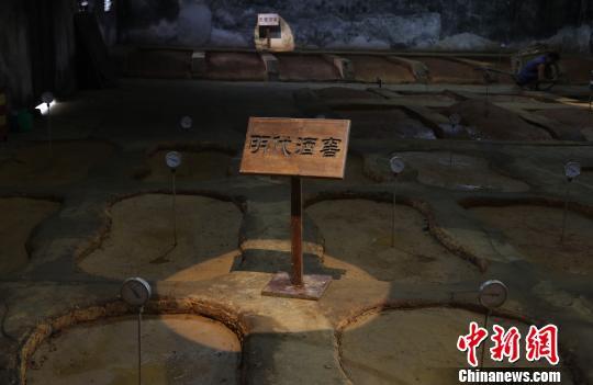 图为江西进贤李渡元代烧酒作坊遗址里的明代酒窖。为操作方便,将两个圆形窖池中间打通,到了明代变成了腰形窖池,现明代12个腰形窖池为全国唯一。 刘占昆 摄