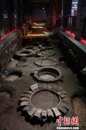 在江西进贤李渡元代烧酒作坊遗址,若干个古窖紧紧相连,虽历经千年,仍保存得十分完整。  刘占昆 摄
