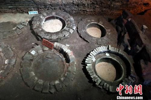 图为江西进贤李渡元代烧酒作坊遗址里的元代酒窖。深挖一小圆坑,放置陶缸作为发酵窖池,发酵工艺由半固态向固态发酵转变。 刘占昆 摄