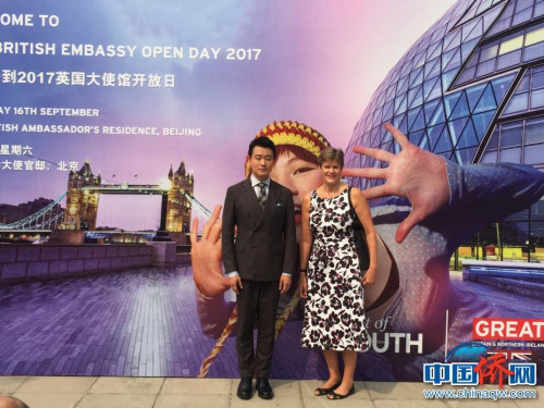 英国驻华大使吴百纳和演员佟大为在活动背景板前合影。