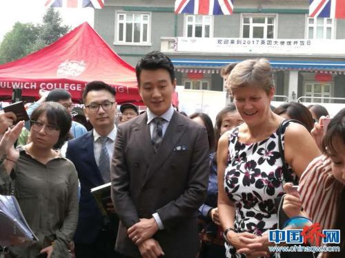 英国驻华大使吴百纳和演员佟大为一起参观展台。马秀秀 摄
