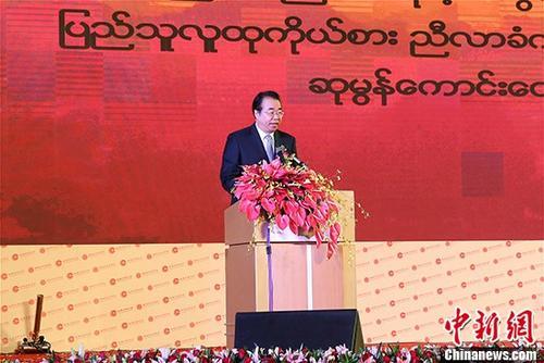 9月16日,第十四届世界华商大会在缅甸召开。图为国务院侨办副主任、中国海外交流协会副会长许又声在开幕式上宣读贺信。 中新社记者 张晨翼 摄