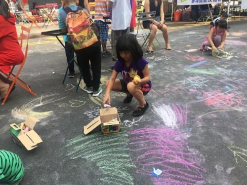 小朋友们在儿童区享受美好时光。(美国《世界日报》/李硕 摄)