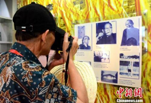 图为海外华文媒体代表参访林语堂纪念馆。 张金川 摄