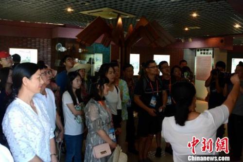 图为海外华文媒体代表感受大师文化。 张金川 摄