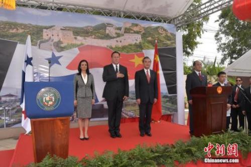 当地时间9月17日上午,中国驻巴拿马大使馆正式举行揭牌仪式。巴拿马总统巴雷拉(左二)、副总统兼外长德圣马洛(左一)和正在巴拿马访问的中国外交部长王毅(左三)共同为使馆揭牌。《拉美侨声》报供图 朱挺彰 摄