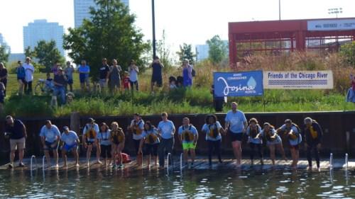 10多位民代、官员,16日上午在华埠谭继平公园跳下芝加哥河,证明水质改善。(美国《世界日报》/黄惠玲 摄)