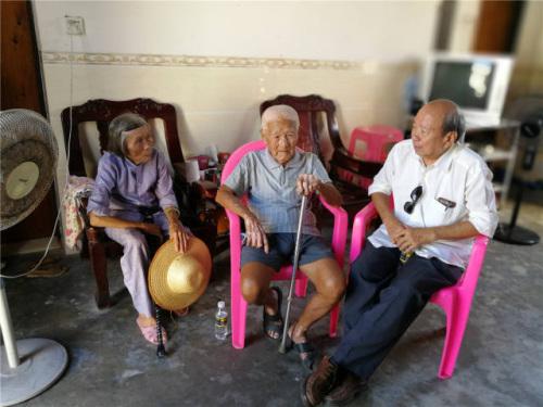 张修隆(左二)向陈文雄(右三)讲述当年的经历。