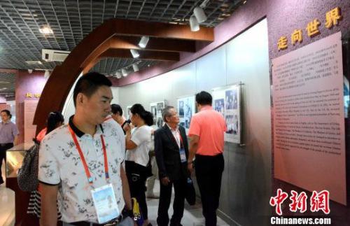图为海外华文媒体代表感悟大师文化。 张金川 摄