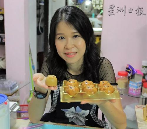 任职会计师的毕椬云,网售月饼最大的意义是为孩子的健康出发。(马来西亚《星洲日报》)