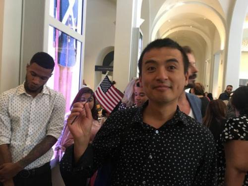 李先生18日成为美国公民,并打算去旅游,体验不一样的生活。(美国《世界日报》 陈小宁/摄)