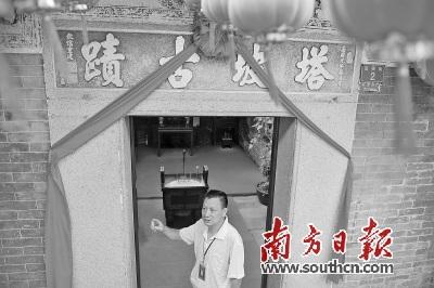 禅城区历史建筑监督员麦德楷义务为市民游客做导赏,讲解佛山触底塔坡庙的历史。