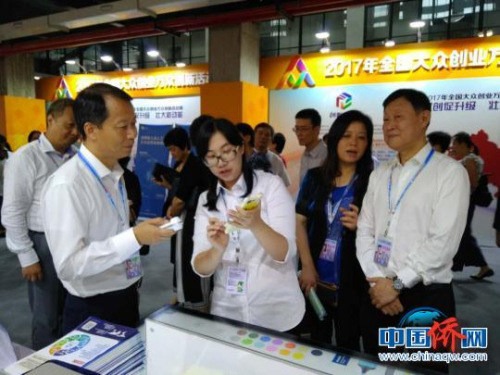 图为中共上海市杨浦区区委书记李跃旗在视察侨梦苑展区。