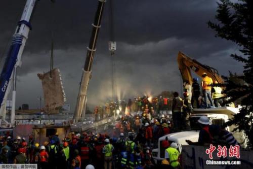 图为墨西哥城的一处救援现场。