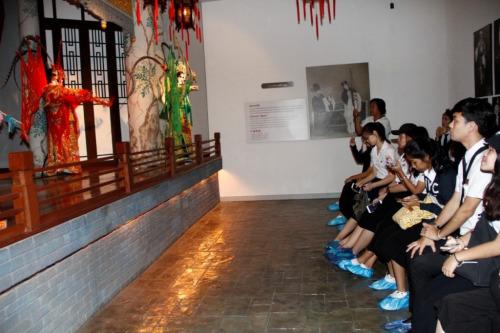京剧表演吸引众人视线。