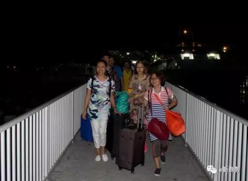 首批多米尼克中企员工和华人华侨抵达安巴。(商务部团委e新商务微信公众号图片)