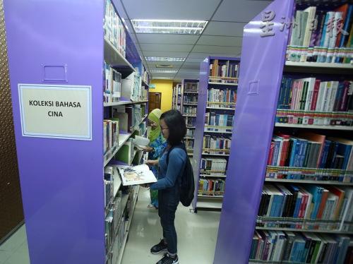 两家图书馆内都至少有1排书架摆放中文书籍,书籍种类包括历史、小说、养生、诗集、儿童漫画等。(马来西亚《星洲日报》)