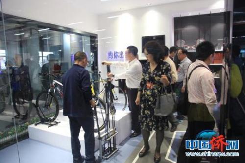 中国海外交流协会第六次会员大会代表了解吉林化纤产品。苍雁 摄