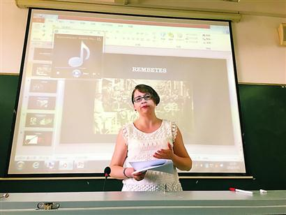 乌拉尼亚·卡塔乌塔在课堂上。
